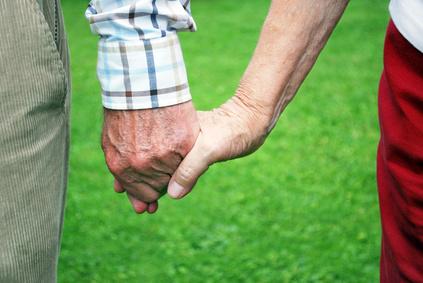 Altes Ehepaar geht Hand in Hand