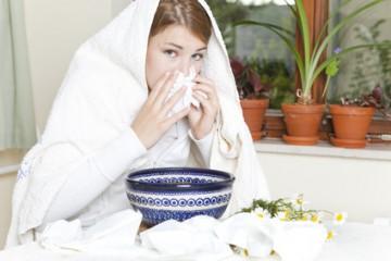 Eine junge Frau kämpft mit ihrer Allergie