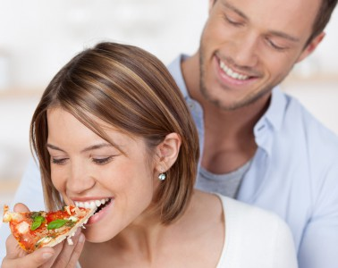 Pizzagenuss ohne Reue - neuartige Enzymprodukte können bei einer Histaminintoleranz dazu beitragen, die Symptome in Schach zu halten. Foto: djd/Daosin
